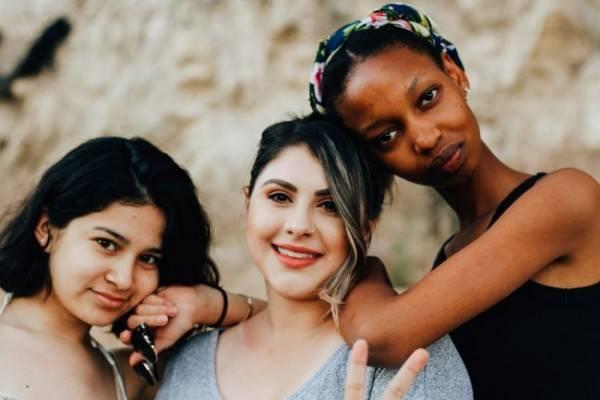 5 Alasan Kenapa Wanita Harus Berhenti Saling Mengotak-kotakkan Sesama