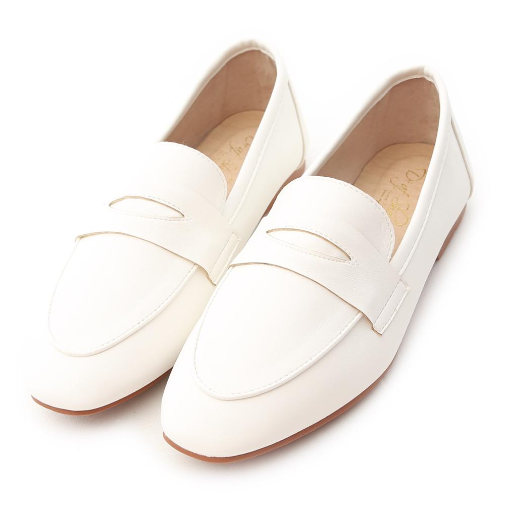 今年一定要擁有的百搭好穿鞋款 基本的素面造型給人casual隨性的感覺 不但好穿好走,更是一年四季的百搭款 隨性自在的休閒風格讓好感度大提升 Slip On鞋型讓女孩們穿脫更加方便 鞋底使用橡膠防滑底
