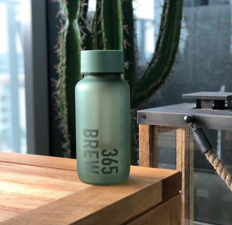 2019年WEMUG全新365BREW系列水瓶- Brew Bottle濾泡茶隨行杯,造型設計時尚簡約,配有霧面啞光質感的表面,打造出了香港原創設計品牌的風格和心思,讓整體顯得有文藝範兒,搭配內置濾網