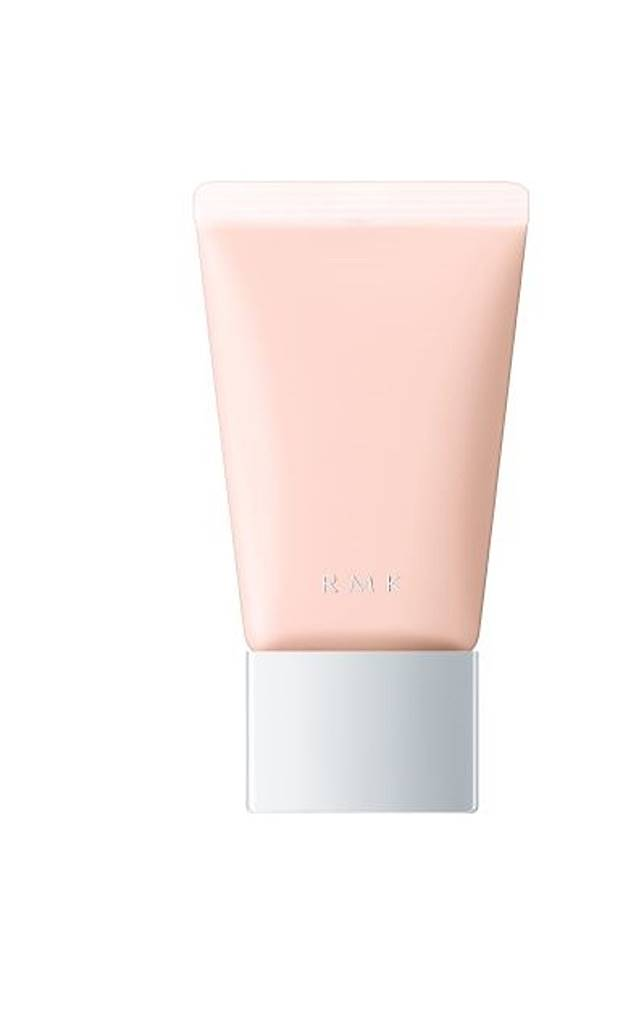 RMK也全新限量色柔滑隔離霜,塗上後能帶來紅潤感和閃耀的珠光感,展現裸肌和陶瓷肌的妝效。(互聯網)