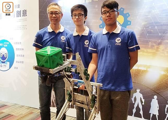 馮智謙(右一)指剛考完文憑試的他亦每日回校砌機械人並進行編程工作。(陳阮彤攝)