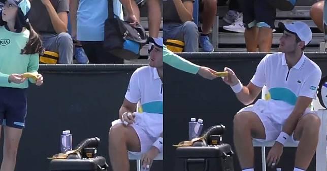 ดราม่า ออสเตรเลียน โอเพ่น หลังนักเทนนิสขอบอลเกิร์ลช่วยปอกกล้วย