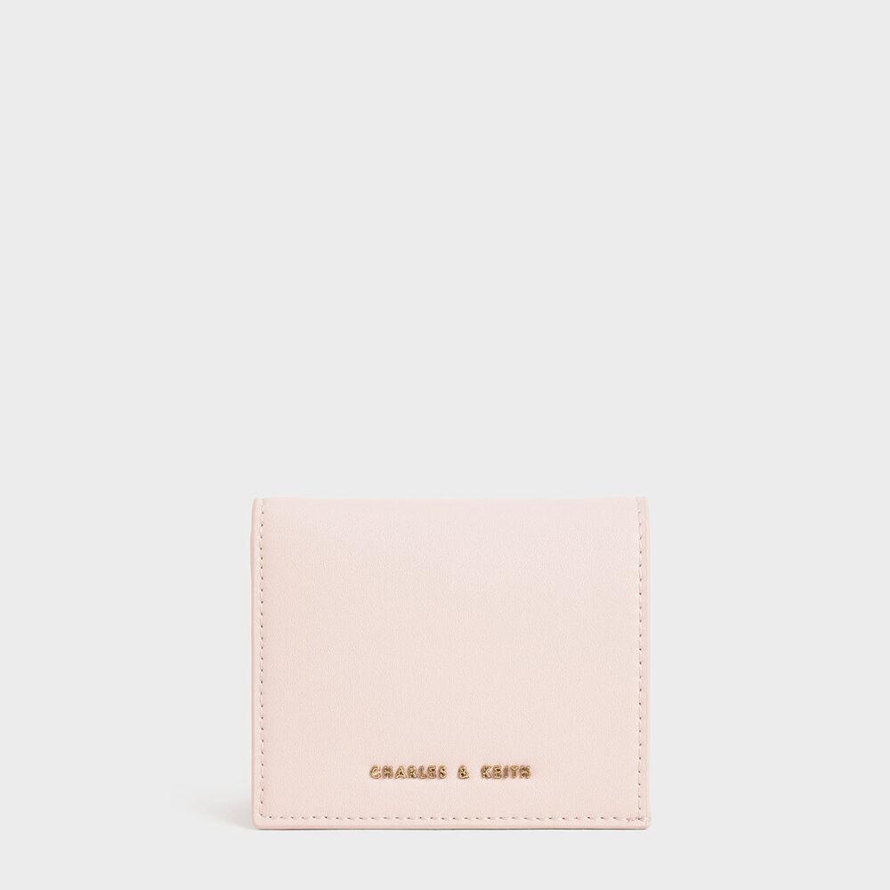 小包控、極簡主義、習慣刷卡、喜歡集點,以上幾點說明你是個適合使用短夾的女孩。此款為輕薄型短夾,附有六格卡片夾層、一個拉鍊零錢夾、一個鈔票夾層,不僅可完整收納重要物品,也可輕易放進小包或口袋裡,輕輕鬆鬆