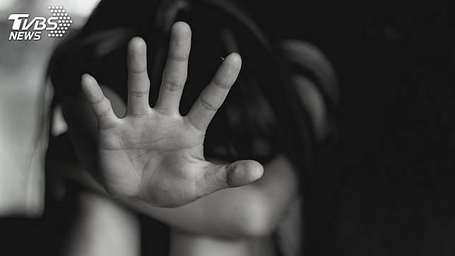 桃園一名少女遭生母和繼父囚禁3年,過著宛如奴隸般的生活。(示意圖/TVBS)