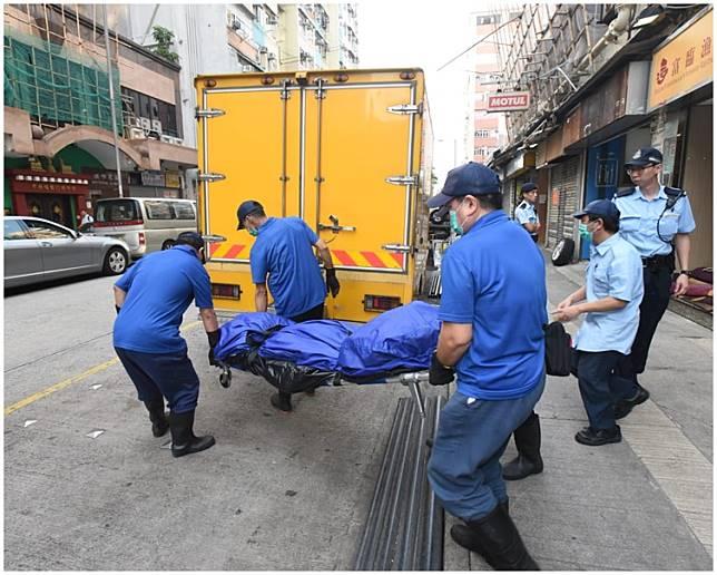 仵工將屍體運走。