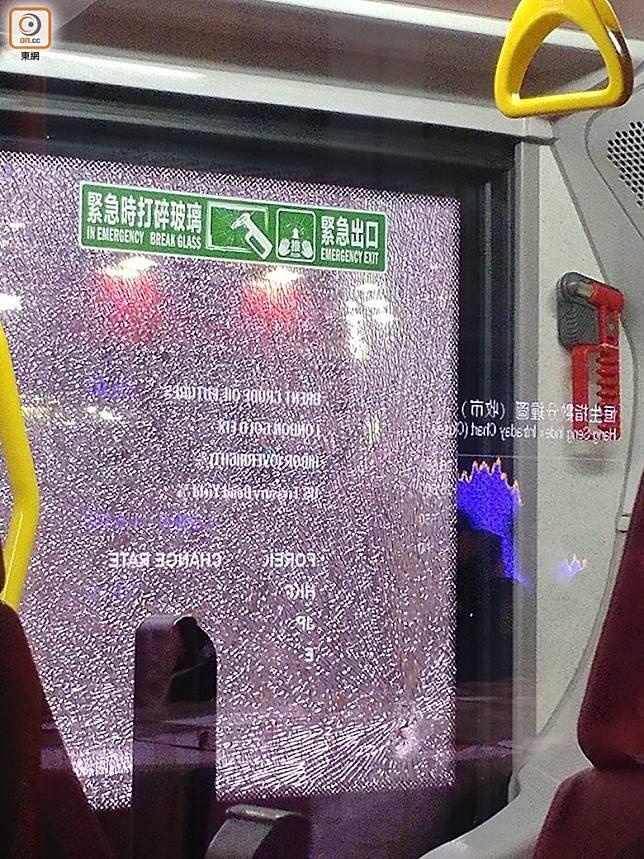 有巴士玻璃被打裂。(馬竟峯攝)