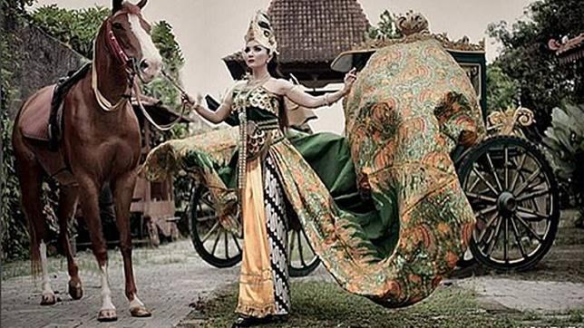 Artis yang mengaku pernah dijumpai oleh Nyi Roro Kidul, Roro Fitria kerap melakukan ritual kejawen di malam Jumat Kliwon. Artis yang dikenal juga sebagai Kanjeng Raden Ayu Nyai Roro Fitria ini juga gemar bertapa di sejumlah gunung. instagram.com