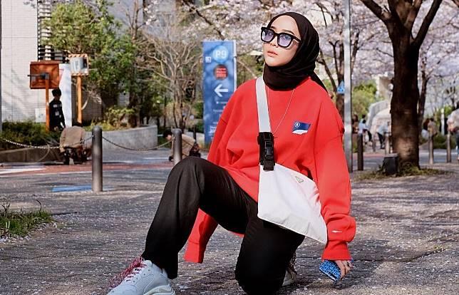 5 Tips Memakai Sweatshirt yang Anti-Mainstream ala Intan Khasanah