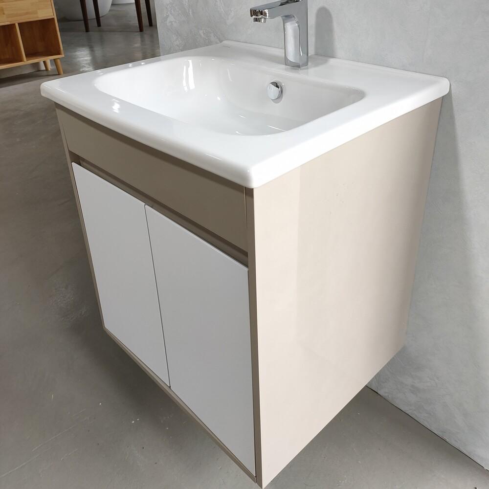 品牌:VITRA歐洲進口衛浴 (Cozy衛浴) 是否需組裝:不需要 #浴櫃 #洗手台 #洗臉盆 #水龍頭 整體尺寸:寬60*深50*高64cm 內容物: *洗臉盆1個 *浴櫃1個 *固定螺絲4支 龍頭