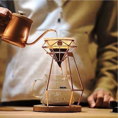 ■璀璨鑽石型咖啡濾杯,呈現咖啡新美學■縷空架構,可讓空氣釋放自如,萃取咖啡原味■適用錐形濾紙,金屬濾紙,法蘭絨