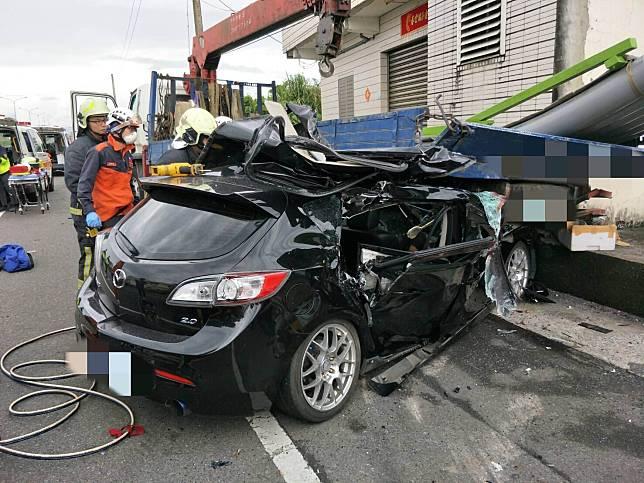 宜蘭縣五結鄉濱海公路今(28)日發生一起自小客車撞上停在路旁的大貨車,造成在大貨車後方的司機被撞至車底下身亡