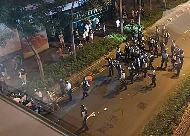 防暴警在將軍澳驅散聚集的街坊。(互聯網)