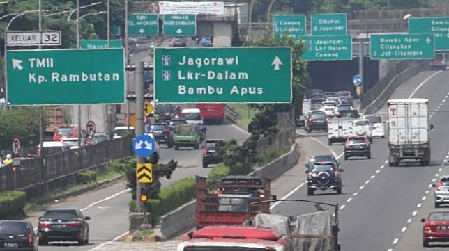 Kendaraan roda empat melintas di Jalan Tol Lingkar Luar Jakarta, Sabtu (7/4).