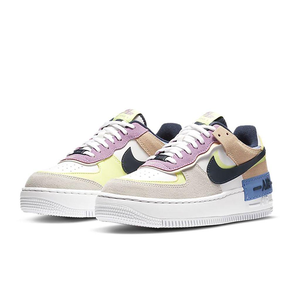 NikeAF1Shadow女子運動鞋讓經典籃球鞋款設計增添趣味,凸顯俏皮風格。此鞋款採用分層設計、別緻品牌標誌與加厚中底,凸顯AF1經典傳承,趣味加倍。