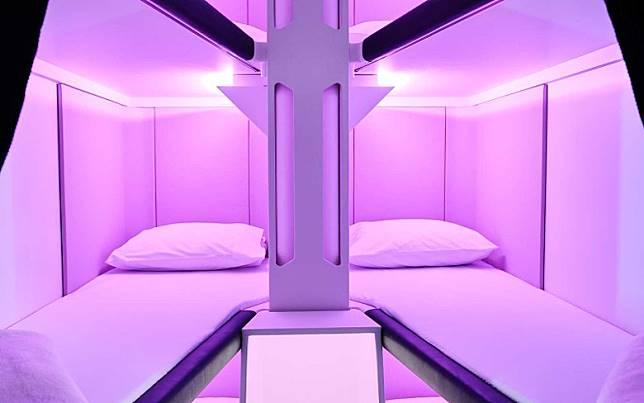 碌架床有齊枕頭、床單、毛毯及耳塞,並且配備了照明燈、USB充電位及拉簾,頗有膠囊酒店Feel。(互聯網)