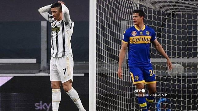 Penyerang Portugal Juventus Cristiano Ronaldo (kiri) bereaksi setelah kehilangan peluang gol selama pertandingan sepak bola Serie A Italia Juventus vs Parma pada 21 April 2021 di stadion Juventus di Turin. Marco BERTORELLO / AFP