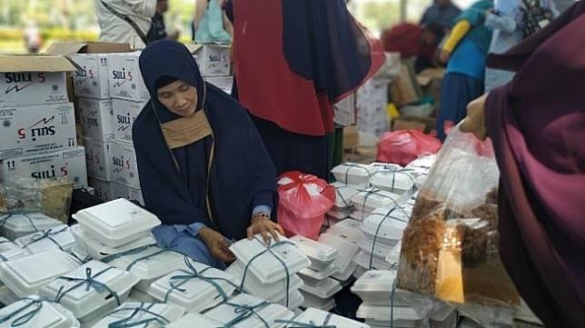 Sejumlah orang yang didominasi kaum ibu menggelar aksi mengawal putusan Mahkamah Konstitusi di depan area Patung Kuda, Jalan Medan Merdeka Barat, Jakarta Pusat, Selasa (25/6/2019). [Suara.com/Muhamad Yasir]