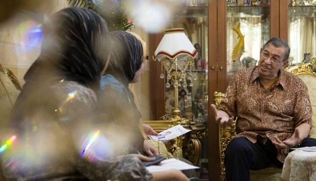 Muhammad Quraish Shihab saat menerima tamu dari UIN Syarif Hidayatulloh di rumahnya daerah Jeruk Purut,  Jakarta Selatan, 10 Agustus 2012.TEMPO/Wisnu Agung Prasetyo.
