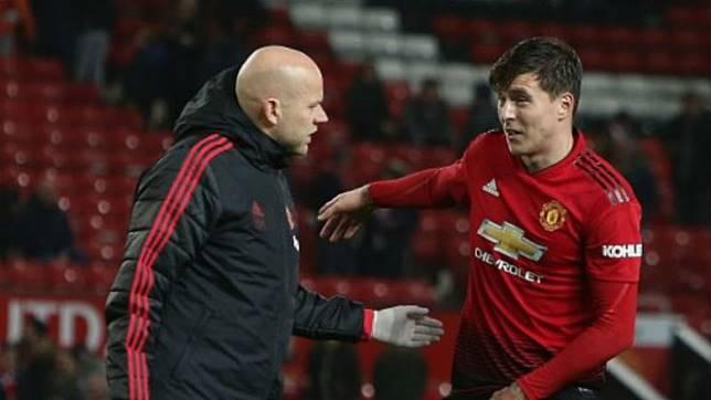 Bek Manchester United, Victor Lindeloef, alami cedera