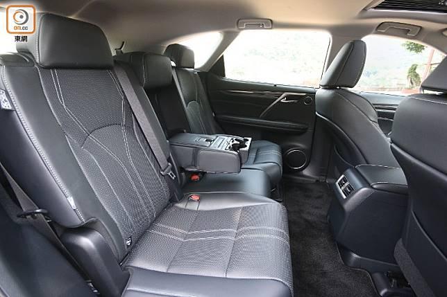中排3座椅附設加熱功能,拉下中間椅背可變由中央手枕間開的2座布局。(盧展程攝)