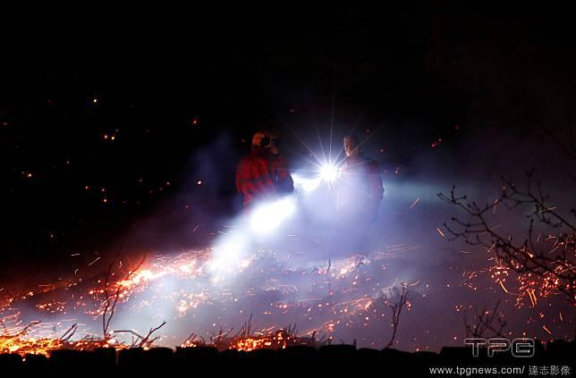 草原夜空下的大火