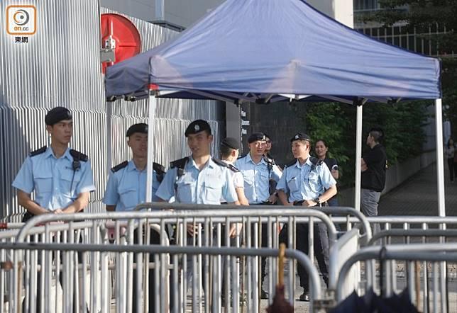 有警員在特首辦外戒備。(袁志豪攝)