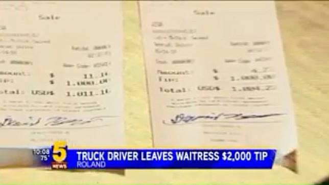 美國一名餐廳女員工,獲得好心人賞給她的2千美元小費。(圖/翻攝自YouTube)