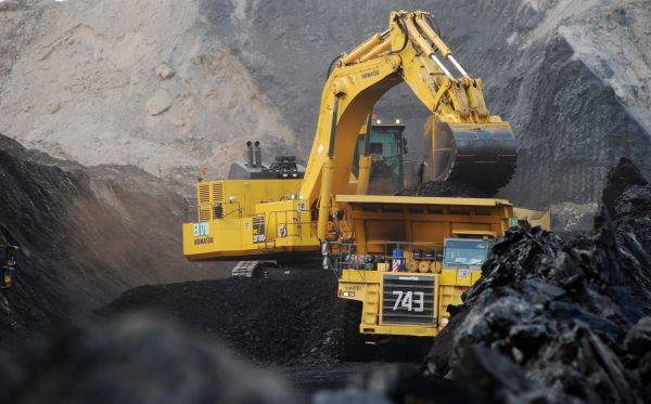 Alat berat milik perusahaan tambang Pt Adaro Indonesia sedang beroperasi mengeruk batubara di lokasi tambang Tutupan, Kabupaten Balangan.