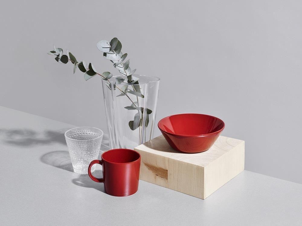 在玻璃器皿中插上由加利葉,和紅色的杯具搭配得宜,簡單獲得hygge生活的幸福感。(圖片提供_台灣可本哈根)