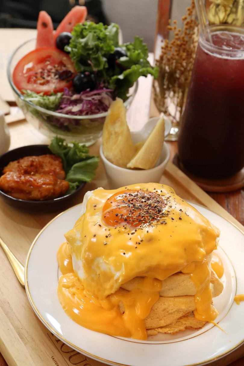 「韓式辣雞米舒芙蕾」以韓式辣雞搭配香氣獨特的米舒芙蕾,非常開胃。(280元/套餐)(圖/于魯光攝)