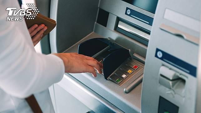 提款機對於現代人來說已經是生活不可或缺的工具了。(示意圖/TVBS)