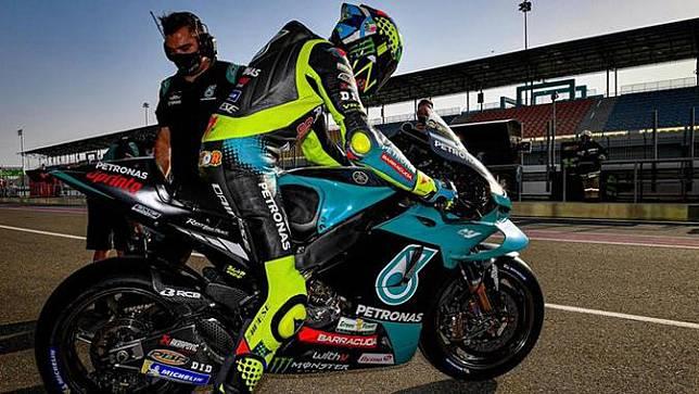 Pembalap Petronas Yamaha SRT, Valentino Rossi pada hari pertama tes pramusim MotoGP Qatar, Sabtu (07/03/2021). (Twitter/Petronas Yamaha SRT)