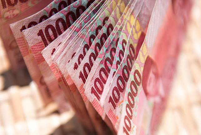 """The rupiah continued to gain ground against the US dollar on Tuesday following news reports that President Joko """"Jokowi"""" Widodo has picked a number of professional figures for the new Cabinet in his second term of office."""