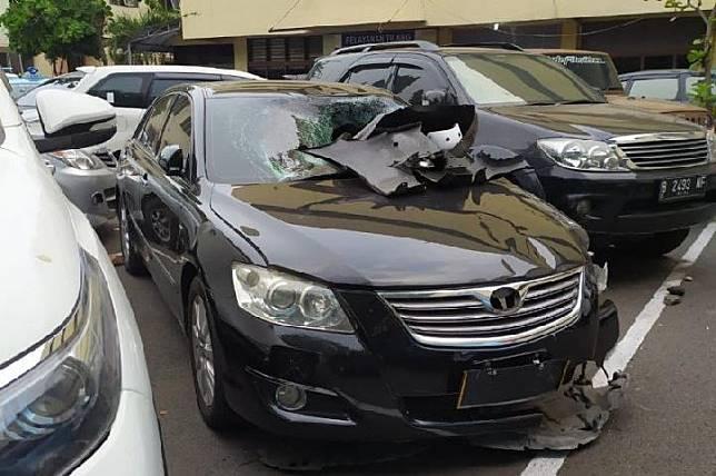Kendaraan Toyota Camry yang digunakan tersangka DH saat menabrak lima pengguna GrabWheels di kawasan Senayan, Ahad 10 November 2019.