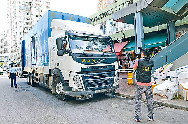 事發當日運菜貨車擋風玻璃爆裂,涉案磚塊仍留在現場。