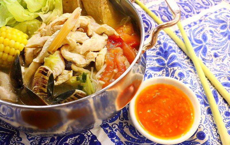 香茅又名檸檬草,是泰式料理常見的香料之一。這堂課將學習如何處理香茅,以及如何從雞骨開始熬出高湯,不僅可以當作火鍋鍋底,也很適合當作湯品飲用。老師也加碼教學泰式火鍋沾醬,讓餐桌上除了沙茶醬外,有了更適合