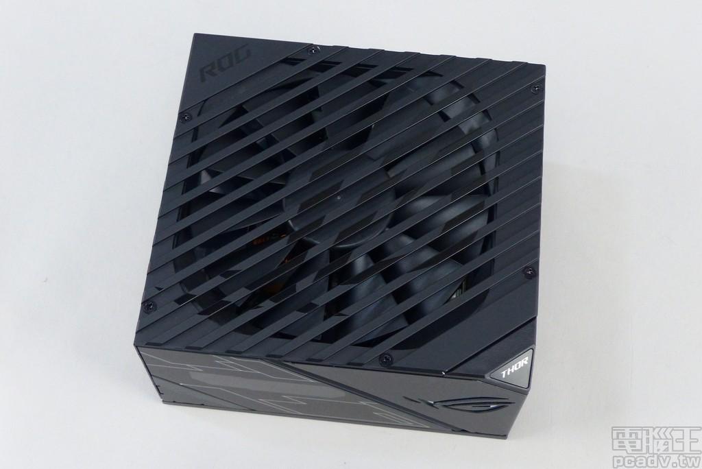 ROG Thor 系列風扇入風處採用金屬條狀設計,縷空長度較長有可能掉落異物須注意,其上再以亮面黑漆形式印製 ROG 眼形圖案