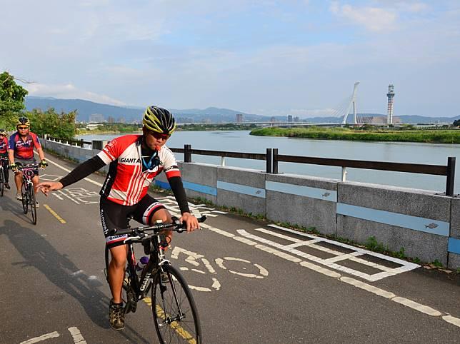 從大稻埕碼頭出發,順著台北淡水河自行車道可以騎到關渡、淡水,沿途滿載了各種河岸風光及景點,讓遊客能夠體驗到充實的自行車之旅。