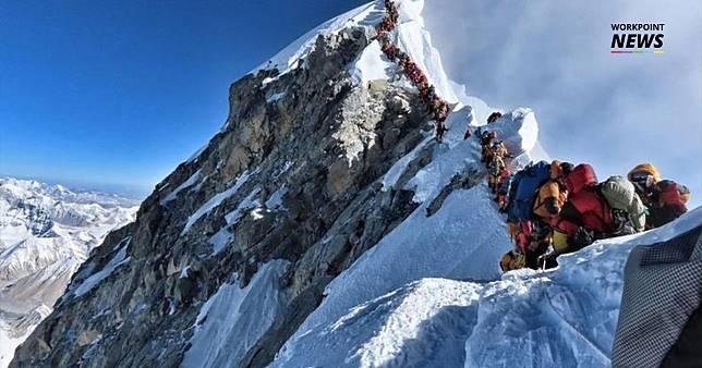 นักปีนเขานับร้อยต่อคิวรอพิชิตยอดเขาเอเวอร์เรสต์