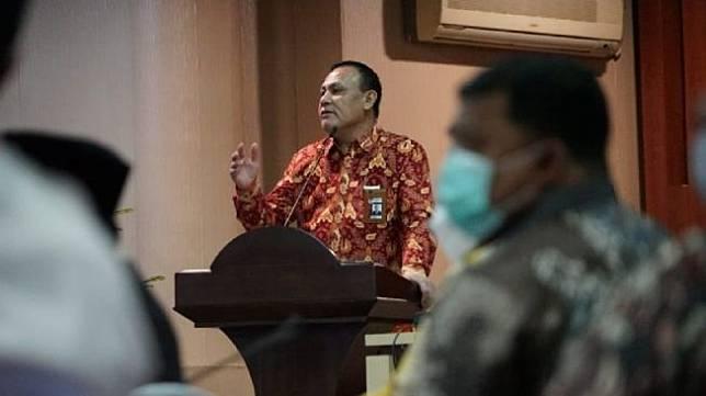 Ketua KPK Firli Bahuri saat mengadakan pertemuan dengan Gubernur Aceh dan para kepala daerah di Banda Aceh, Jumat (26/3/2021). [Antara]