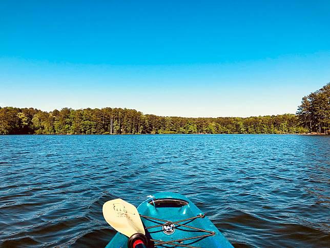 「美軍極速睡眠法」其中一個幻想畫面是躺在湖上的獨木舟。