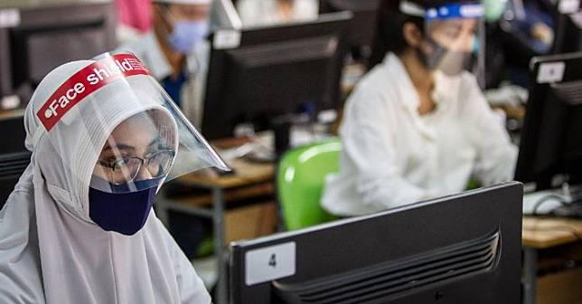PESERTA UTBK yang tetap menerapkan protokol kesehatan saat melaksanakan tes.*