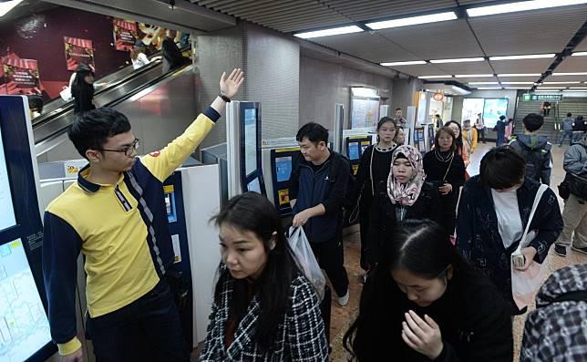 職員呼籲乘客勿走近火頭。