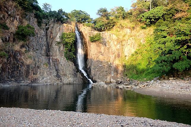 然而瀑布礙於當年興建薄扶林水塘,以解決香港開埠的水源短缺問題,水流改道令水量早不復當年勇。但配合旁邊富有層次的岩石、水潭及小沙灘,整體還是相當優美!