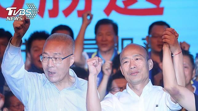 國民黨主席吳敦義(左)、國民黨總統參選人韓國瑜(右)。圖/中央社
