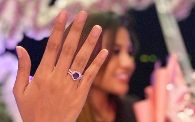 Aurel Hermansyah menunjukkan cincin dari Atta Halilintar./Instagram