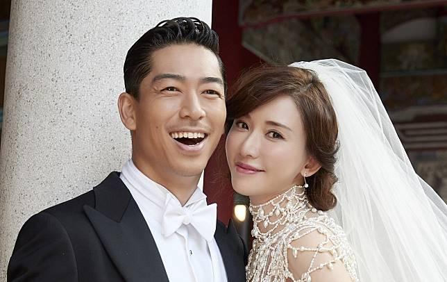 新娘子耳上配戴日牌珠寶Tasaki的櫻花珍珠鑽石耳環,相信是考慮了老公的國籍而特別融入日系設計,令人感受到她的貼心。(林志玲工作室圖片)