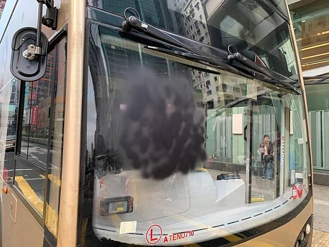 亞皆老街有巴士被車頭玻璃被噴黑。(陳嘉順攝)
