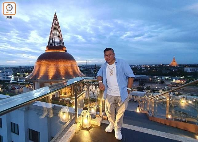 於佛統府Sky Bar可同時飽覽兩個「佛塔」,呈現跟曼谷截然不同的夜景。(胡慧沖提供)