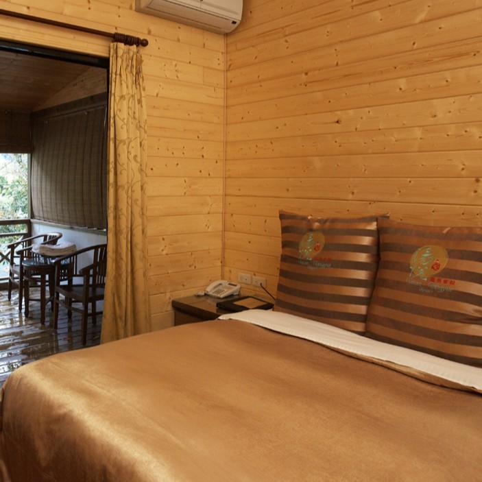 湯悅套房為二人房,每間約13坪大小,客房內設有100%溫泉原湯泡湯池、打坐床、寬頻網路、冰箱、電視、 空調及柚木地板,另提供客房小點心、飲料及礦泉水。 客房介紹: 46 ℃溫泉的堅持,是一種幸福的能量